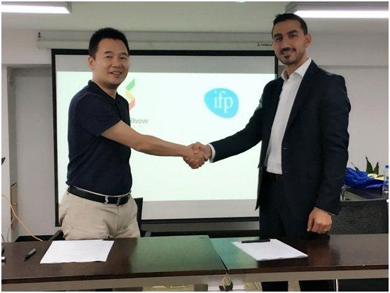 签约仪式图: 左为新天会展的总经理郭峰,右为IFP展览集团Ghassan